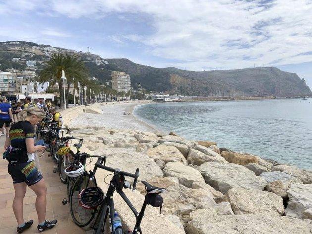 En gjeng fra Mosjøen reiser hvert år til Oliva Nova i Spania og sykler. En sosial tur, men de fleste får over 100 mil på sykkelsetet i løpet av 7-10 dager.