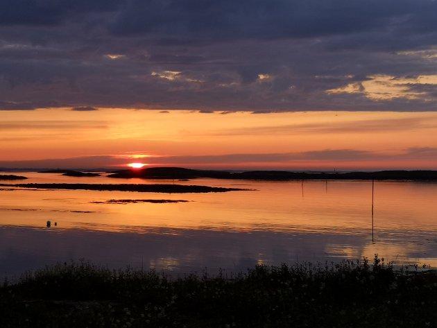 VALLSJØ: En sykkeltur unna og man finner vakre Vallsjø med grandios utsikt over havet og midnattsola.