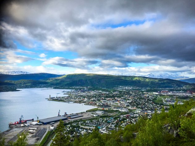 Kommunene på Helgeland er delt inn i vidt forskjellige størrelser fra Vevelstad i sør med ca 490 innbyggere, til Rana i Nord med i overkant av 26.000, påpeker skribentne. Bildet viser utsikten fra Mofjellvarden. Mobilfoto: Beate Nygård Johansson