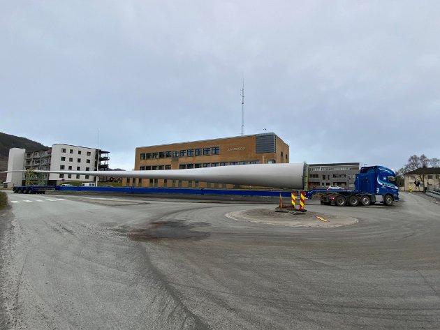 Onsdag kveld gikk den første transporten av rotorblad gjennom Mosjøen sentrum.