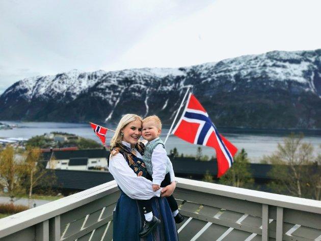 Malin Olsen (29) og sønnen Jonathan Olsen Leirvik (2)