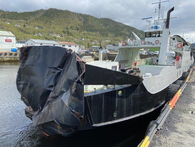 "KNUST: Baugporten til MF ""Kvitholm"" ble helt knust i sammenstøtet med lastebåten «Sigyn W» i havnebassenget i Mosjøen torsdag."