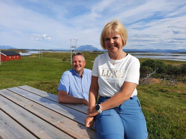 OMNØY: På øyas høyeste punkt har ekteparet Kitty og Øivind Gårdvik en fantastisk utsikt utover havet , øyene og fjellene. 52 av de nærmeste øyene tilhører eiendommen deres.
