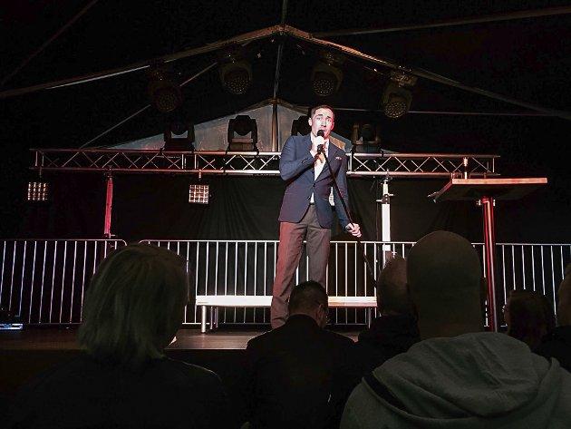 Stig Frode Henriksen, kjent fra blant annet Kill Buljo-filmene, var en av fire som fikk fram latteren hos publikum i teltet onsdag kveld. Da stod stand up show på programmet under Hammerfestdagan.