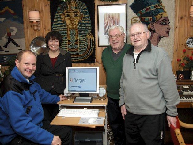 DEN GANG DA: Kirkenes pensjonistforening kjøpte PC i 2003. Fra venstre er Bernt Nilsen, daværende fylkesordfører Helga Pedersen, pensjonistforeningens leder Roald Brækkan og nestleder Edmund Holmgren.