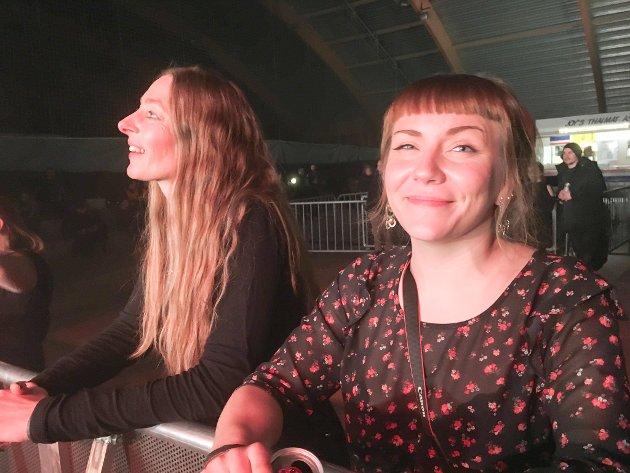 SMIL FORAN SCENEN: Henriette Lille og Anne-Grete Holmvik koser seg på første rad foran scenen.