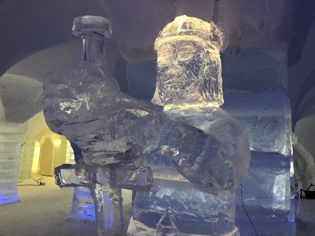 VIKINGTEMA: Årets tema ved ishotellet i Sorrisniva er vikingtiden. 20 personer har vært i sving siden midten av november, og det er brukt 6000 kubikk med snø, og 250 tonn med is.