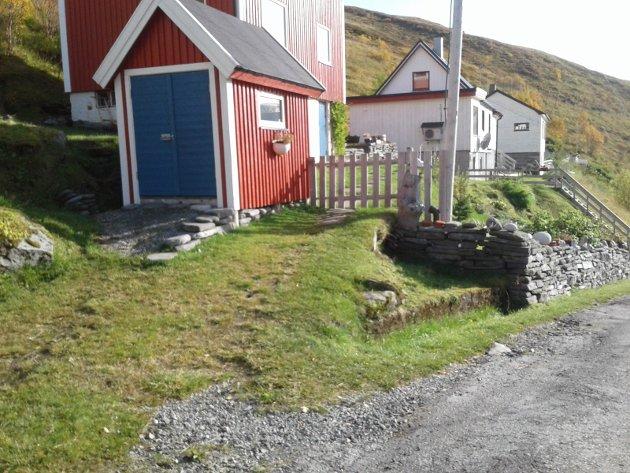 STRIDES: Her står uteboden, som naboen og Sylvi Jane Husebye mener sperrer en gammel adkomstvei.