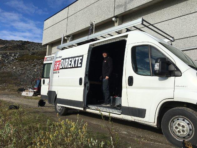 SENDER OVERALT: Ved hjelp av produksjonsbilen, kan iFinnmark sende direkte fra hele fylket. Dette bildet er tatt i Kjøllefjord i forbindelse med bolystuka før sommeren. I bilen ser vi redaktør Stian Eliassen.