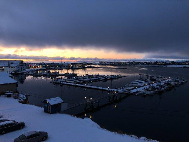 NÅR FARGENE KOMMER: Den siste måneden før mørketida, byr sola på et vakkert lys i FInnmark. Dette bildet er tatt fra Finnmarkens kontor i Vadsø torsdag morgen.
