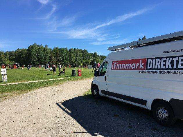 SENDER OVERALT: Ved hjelp av produksjonsbilen, kan iFinnmark sende direkte fra hele fylket, og også utenfor. Dette bildet er tatt under en fotballturnering i Piteå, der mange finnmarkslag deltok.