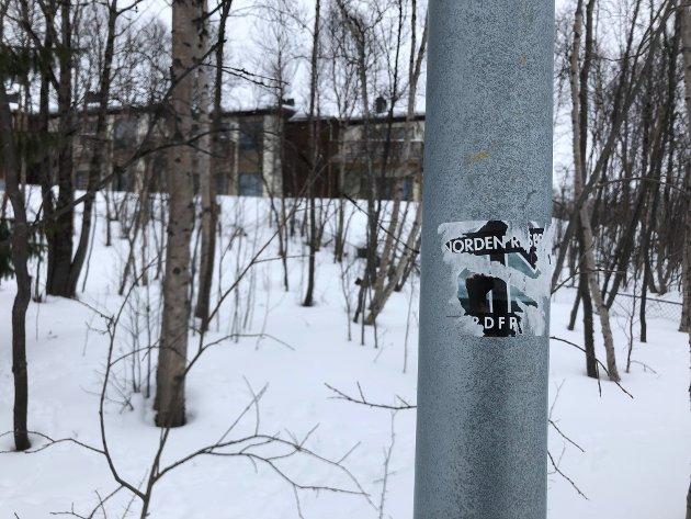 SPOR: Dette bildet på Hesseng viser spor at et klistremerke med høyreekstremt budskap.
