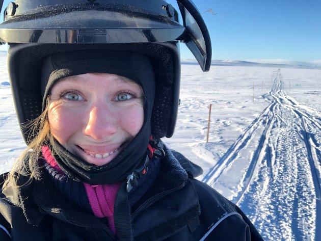 NY OPPLEVELSE: En scootertur over vidda måtte til for at ansvarlig redaktør Anniken Renslo Sandvik skulle forstå hva det egentlig handler om. Nå skal hun tilbake til samme løype, men da med skiene på.