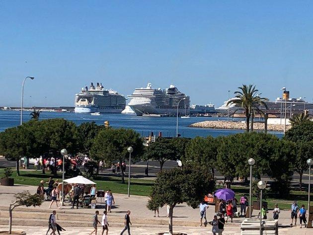 UTSLIPP: Her ligger tre gigantiske cruisebåter til kai i Palma de Mallorca i forrige uke. Ønsker vi dette langs kysten i Finnmark?