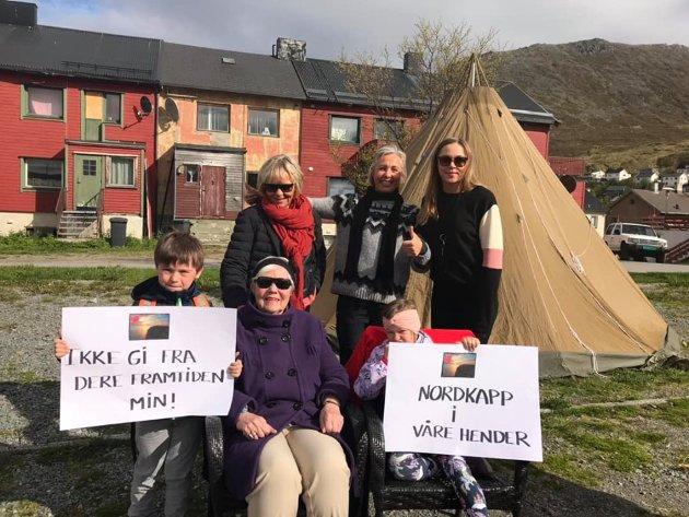 DEMONSTRERTE: Befolkningen demonstrerte i dag, her var fire generasjoner på plass for å vise sin misnøye med politikerne.