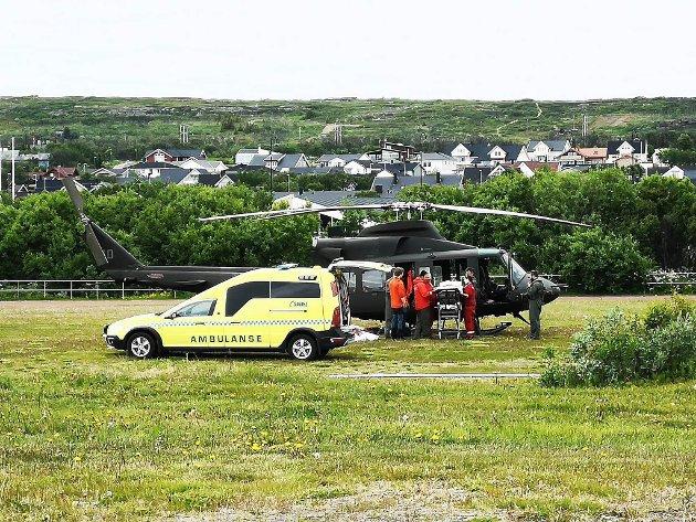 FORSVARET LEVERER: Takket være at Forsvaret har stilt sitt helikopter i beredskap, har også Øst-Finnmark en fungerende luftambulanse i disse dager. Dette bildet ble tatt på gressbanen i Vadsø tidligere i juli, da helikopteret kom fra Kirkenes for å hente en pasient.