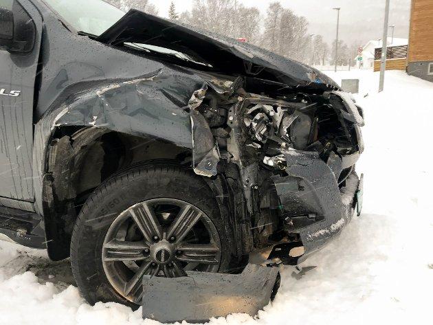 KRÆSJET. To biler med slovakiske arbeidere involvert i to trafikkulykker på E6 i Talvik utenfor Alta. Denne kræsjet inn i en traktor.