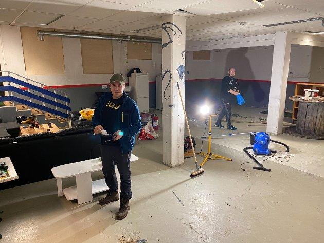 STARTEN: Lokalet har tidligere huset et verksted. Odd Marcus Grøtte Pedersen og Arnfinn Sjøenden er i gang med rengjøring før lokalene kan males.