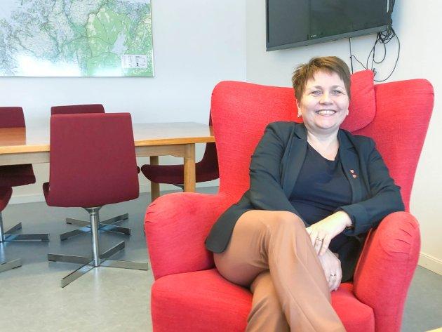 ENSTEMMIG: Ordfører Aina Borch forteller her at endringen av eiendomsskatten ble vedtatt enstemmig i kommunestyret.