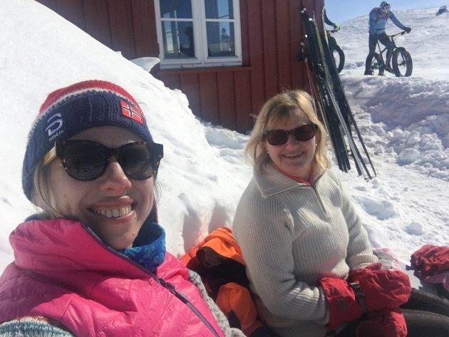 DRØMMEFORHOLD: For to år siden kunne jeg og mamma gå på ski til en åpen DNT-hytte på fjellet, og nyte lunsjen i solveggen sammen med en rekke andre folk. En slik opplevelse kan vi alle se langt etter i år.