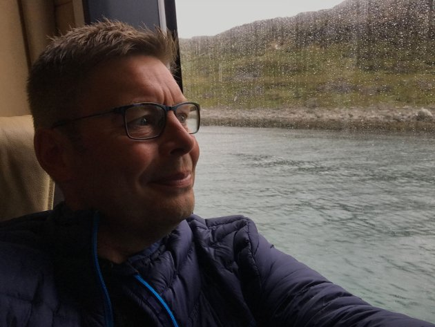 Ordføreren på tur med hurtigbåt ut i distriktet i Måsøy