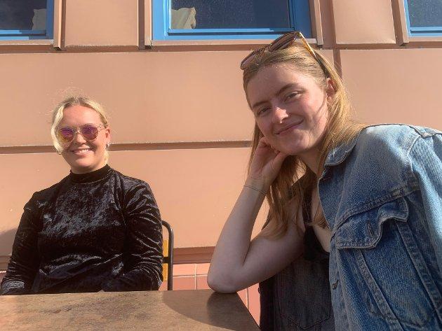 MÅ VÆRE LOV MED EN PUST I BAKKEN: Sara Strand (24) bor for tiden i Tromsø, men er på besøk i hjembyen. Her sammen med (t.h.) Solveig Vik Hofseth (25), som er produsent i Varangerfest. - Det er første gangen jeg setter meg ned og har en liten pause, altså! ler Solveig Vik Hofseth