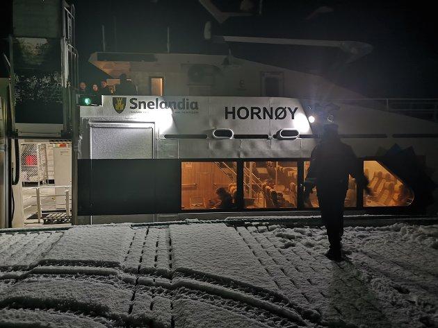 Troms og Finnmark fylkeskommune må sørge for at de som må ta båt for å komme til fly får en reisegarantiordning. For buss gjelder nasjonal reisegaranti, skriver artikkelforfatterne.
