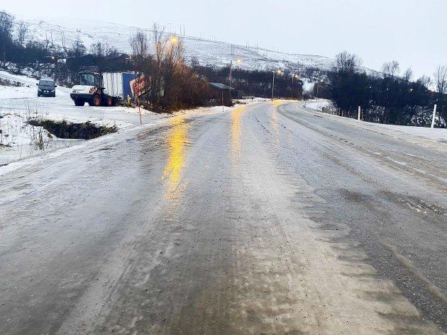 Glatt: En lastebil og en skapbil havnet av veien i helga og mandag. Slik så RV94 mellom Skaidi og Kvalsund ut lørdag morgen. Det er viktig at Statens vegvesen og deres entreprenører setter på nødvendige ressurser.