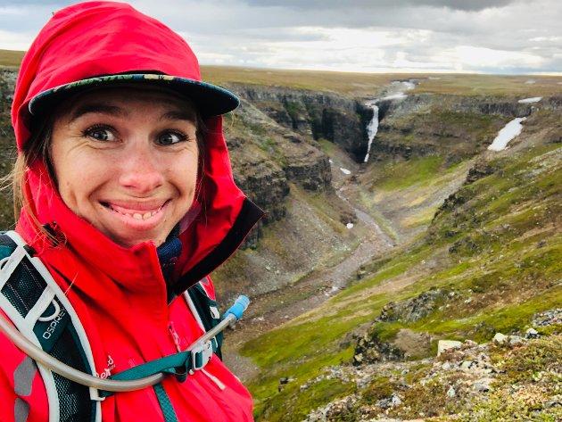 LETT TILGJENGELIG LYKKE: Det er mange ting å elske med Finnmark. En av dem er den lett tilgjengelige naturen. Dette bildet er fra en regntung tur til Nattfjelldalen, der middagen be inntatt med utsikt til fossen.