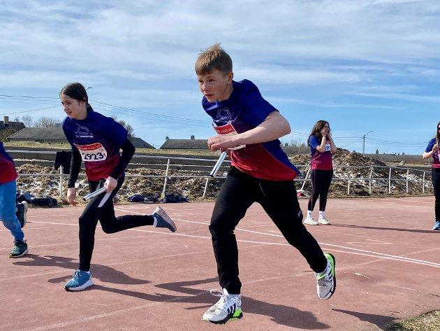 Startskuddet går og stafetten er i gang. Det gir følelsen av å delta på en ekte friidrettskonkurranse. Noen måtte holde seg for ørene da skuddet gikk av.