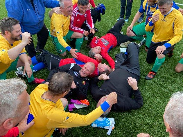Veteranene på Finnmark-laget og Øksfjord-laget etter veterankampen. Mats Martinsen voktet Øksfjord ILs mål på slutten, og han ble liggende igjen på banen etter dommeren hadde blåst av med en skade.