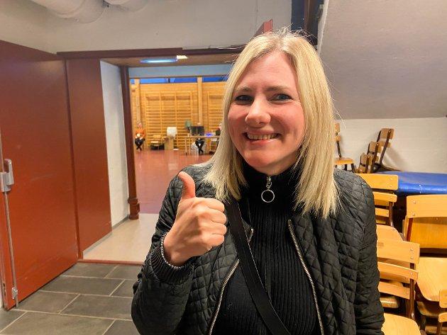 Alta: Mia Benedicte Lund (32) stemte også en time før stemmelokalene stengte. Lund forteller at det er hyggelig å stemme på valgdagen og i år var det vanskeligere enn tidligere å avgjøre hvem man skulle stemme på.