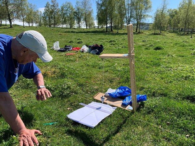 UNDERSØKTE: Johan A. Wikander undersøkte steinsettingen på Timstokkhaugen i fjor, og konkluderte raskt at bruk av latinske kors er vanlig på solur fra middelalderen.