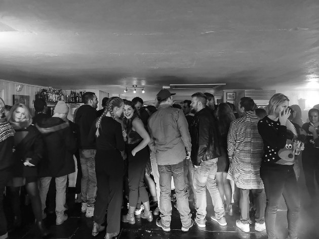GOD STEMNING: Det var god stemning og Indre traff bare hyggelige folk i Tyst/Fjøsets lokaler denne kvelden.