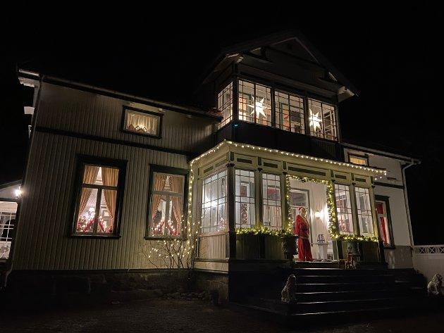 LYS IMOT MØRKETIDA: Huset lyser opp for naboene på Soprim.