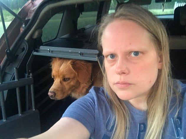 TOK AFFÆRE: Anita Jacobsen tok affære da en hund ble satt igjen i bilen i 35 graders varme utenfor Coop på Aursmoen lørdag.