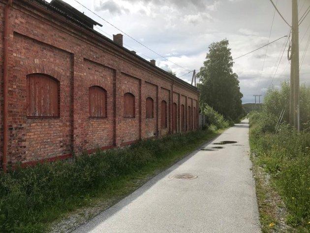 Langs Tertittveien eller«Linna», ligger Lokstallen, også kalt Maskinstallen. Bygningen forteller oss mye om Bjørkelangens korte, men spennende historie gjennom 124 år, skriver Kjell Svarstad.
