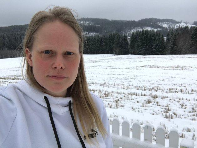 Nyhetsleder Anita Jacobsen i Indre Akershus Blad ber folk huske på fordelene ved lokale butikker og bedrifter.