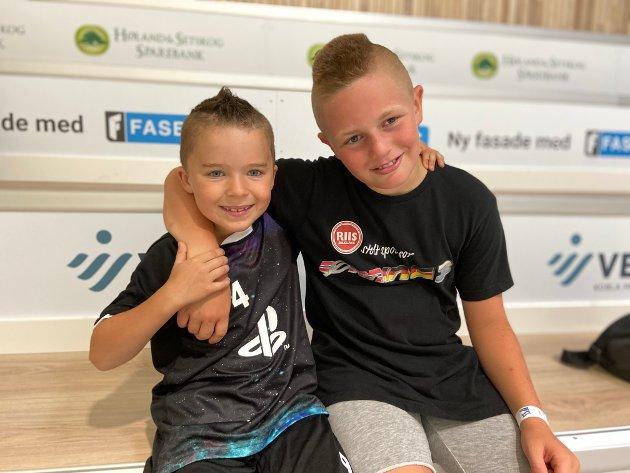 MORO: Victor Borgersrud (t.v.) og Christian Svendsen koste seg masse på sommercamp da Indre kom innom.
