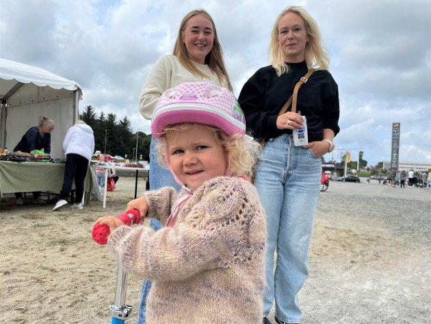 Hilde, Synne (15) og Liva (3) Tungland frå Verdalen har vore innom alle dagane, som moralsk støtte for sistemann Heine, som har selt sukkerspinn heile helga.