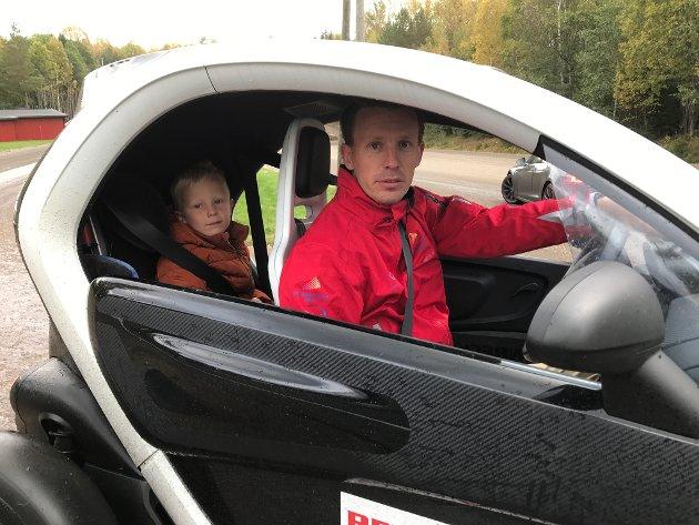 Fredrik Haugen og sønnen Jakob i en Renault.