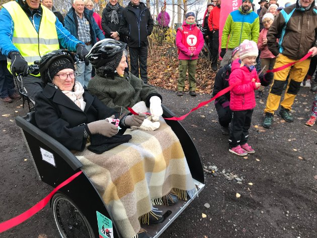 Turveien åpnet: Gulborg Østerbø (102) og Else Karoline Pettersen (98) i fremste rekke da båndet skulle klippes. Også Ida Marie Solhøj fra Barnas Turlag fikk klippe det røde båndet.