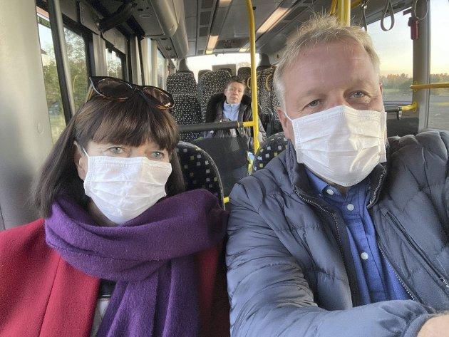 Munnbind på bussen: Undertegnede har prøvd det. Litt uvant, men det kan være verdt det. Foto: Pål Nordby
