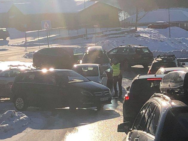 MÅTTE SNU: Slik så det ut i bunnen av innkjøringen til veien mot Botnemarka søndag. Botne skiklubb ordnet med parkeringsvakt som måtte be folk om å snu i bunnen av veien da det ble helt kaos på vei opp.