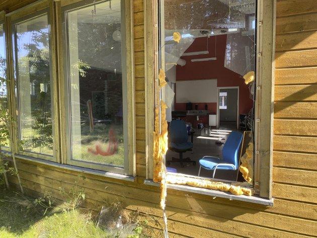 Mot ti år: Tomme og knuste vinduer, samt gjengrodd mark ved Hillestad skole. Foto: Pål Nordby
