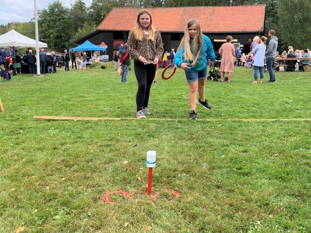 10-åringene Ida Herstad Kjeldås og Vilde Nordgård Mathiesen syntes det var artig å prøve hesteskokasting.