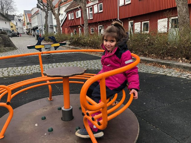 Flere nyter det flotte været til å leke på lekeplassen ved Jernbanetorvet, blant dem er Amina Thorsen.
