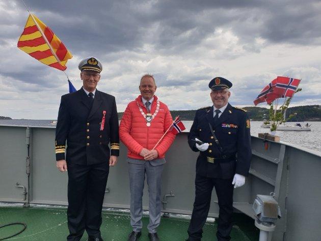 Havnefogd Svein Arne Walle, ordfører Grunde Knudsen og politistasjonssjef Øystein Skottmyr var på plass i front av båttoget.