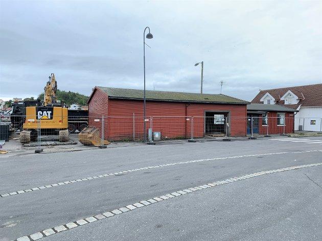 Rivingsarbeidet av lageret på Ytre Strandvei er startet.