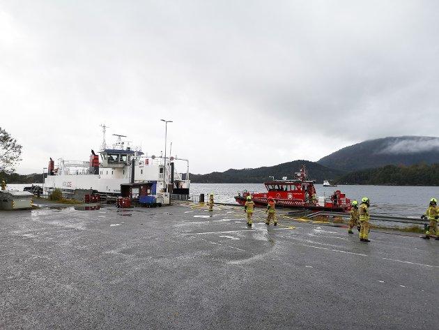 Fredag i 11-tida kom det ekspertar frå brannvesenet i Bergen med brannbåt til Sydnes.